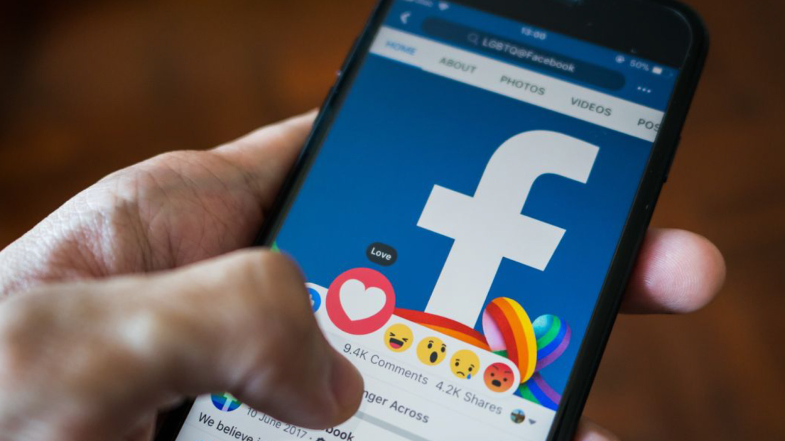 Nếu bạn hỏi đâu làmạng xã hội nhiều người sử dụng nhấtthì lời giải thích là kênh Facebook, đây là một trang web truy xuất miễn phí được thành lập bởi Mark Zuckerberg và những người bạn của mình vào tháng 2 năm 2004.